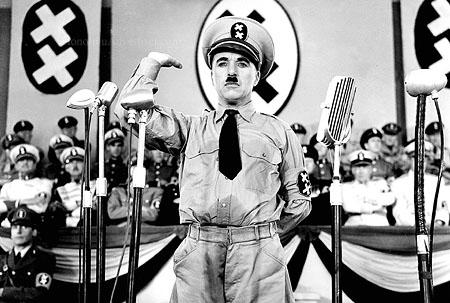Charlie Chaplin in una scena del film Il grande dittatore (1940)